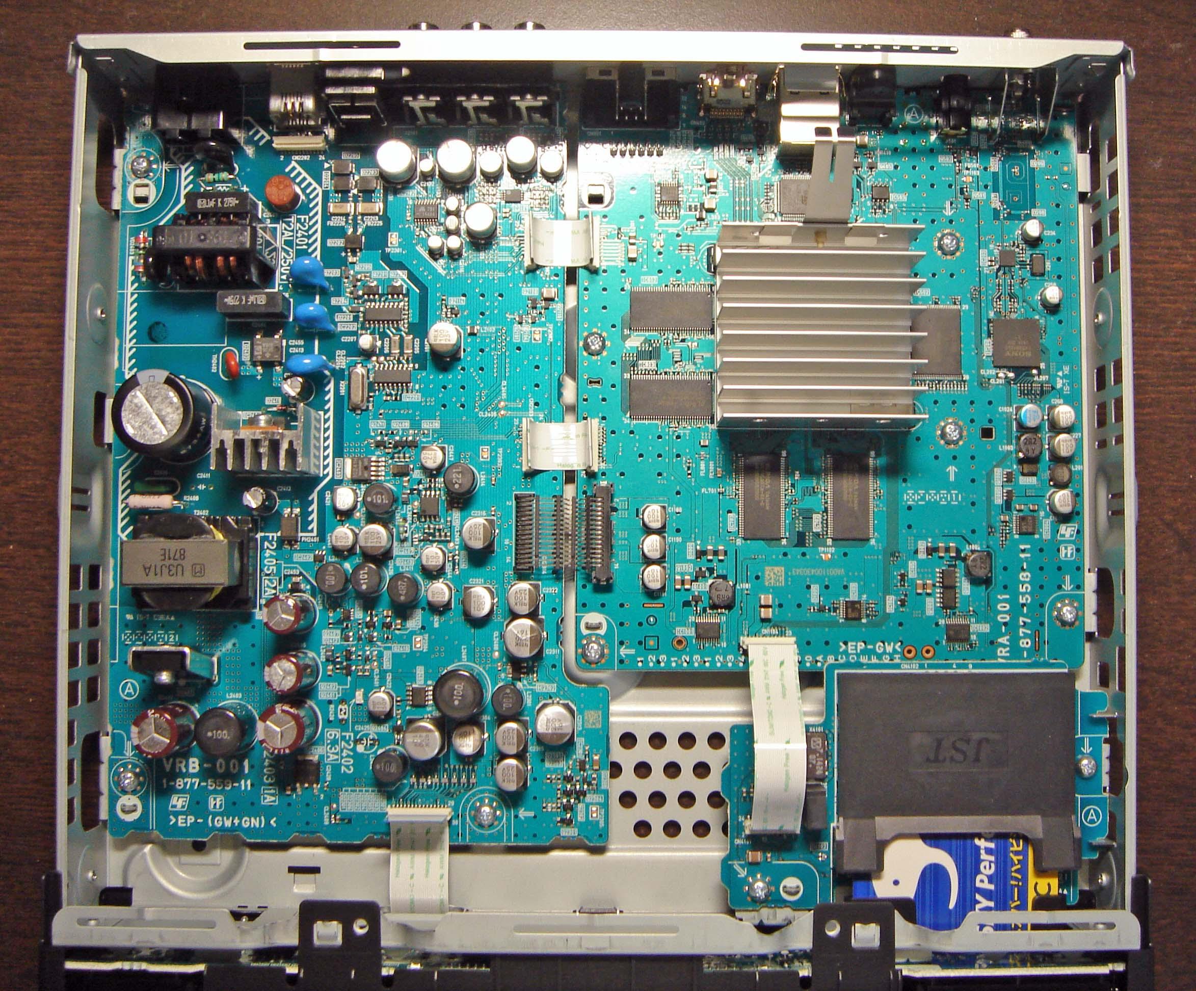 DST-HD1のカバーを開けたところ(クリックで拡大) 写真左側が電源部、右側が処理部となってい